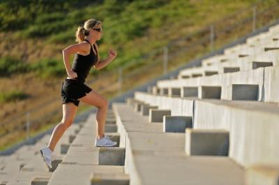 olahraga mengecilkan perut dengan naik turun tangga