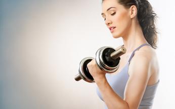 Cara mengecilkan tangan dengan olahraga angkat beban