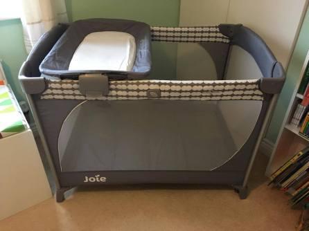 tempat tidur bayi Joie Commuter Change Travel Cot