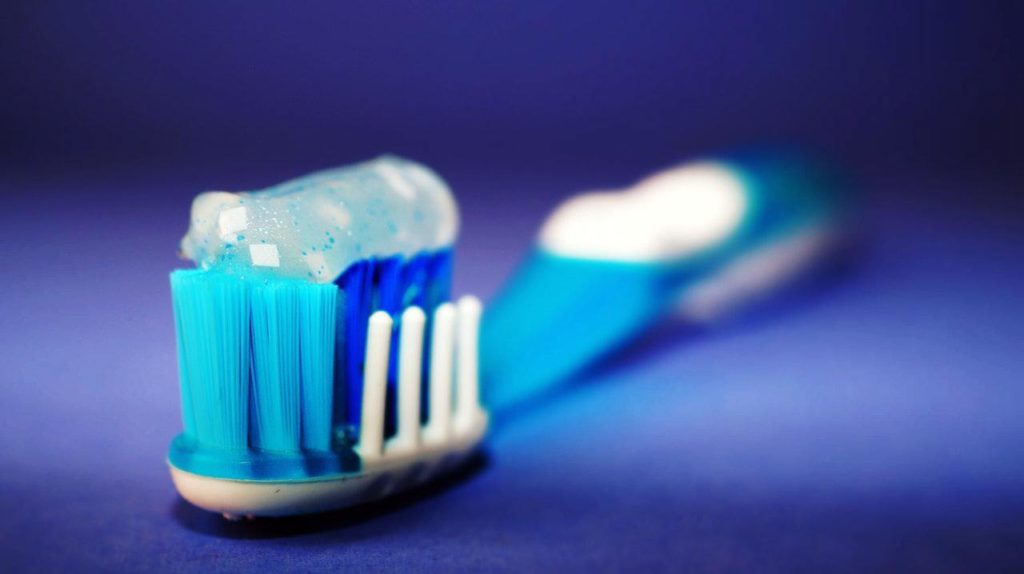 mengatasi karang gigi edngan rajin menggosok gigi